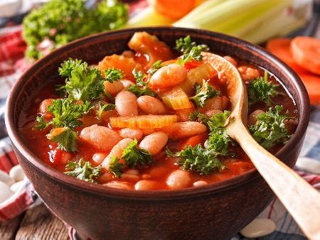 Печен боб по гръцки с орехи, чушки, домати и чесън в глинен гювеч на фурна - снимка на рецептата